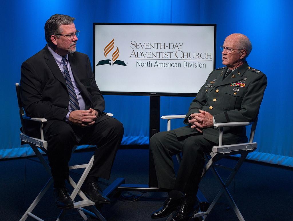 Дэн Вебер, директор по коммуникации NAD, берет интервью у Чарльза Кнаппа, отставного полковника армии США и председателя Совета Десмонда Досса. (Питер Дамштеегт / NAD)