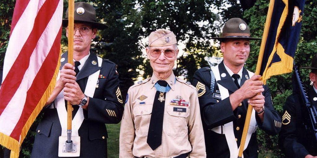Десмонд Досс с его Почетной медалью Конгресса США. (Совет Десмонда Досса)