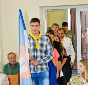 В зал вносят знамя следопытов