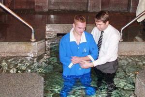 Виталий Бегас крестит Илью Чурсина