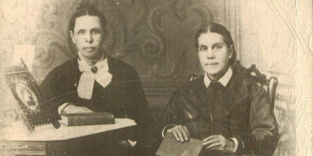 Эллен Уайт, справа, с ее сестрой-близнецом, Элизабет, 1878 год