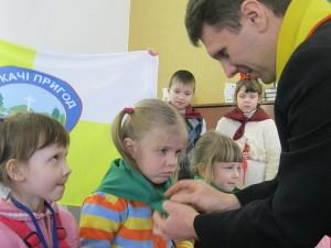 Юрий Федоров повязывает детям галстук