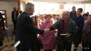 Пастор Михаил Микитюк поздравляет с крещением