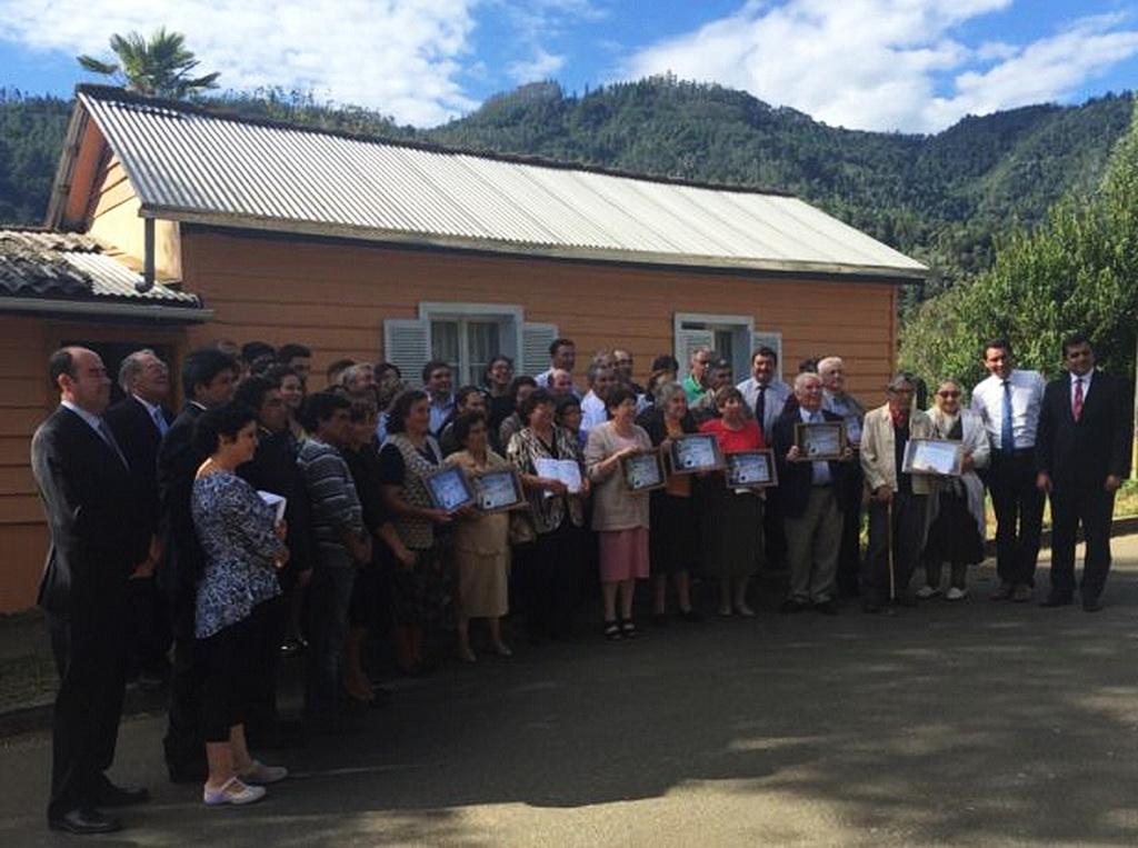 Группа членов церкви и региональных лидеров поздравляет девять новых членов адвентистской общины в Contulmo, Bío-Bío, Чили, которые завершили курс изучения пророчеств Библии, предлагаемый телевизионной сетью Nuevo Tiempo, и были принят в Церковь адвентистов седьмого дня исповеданием веры.