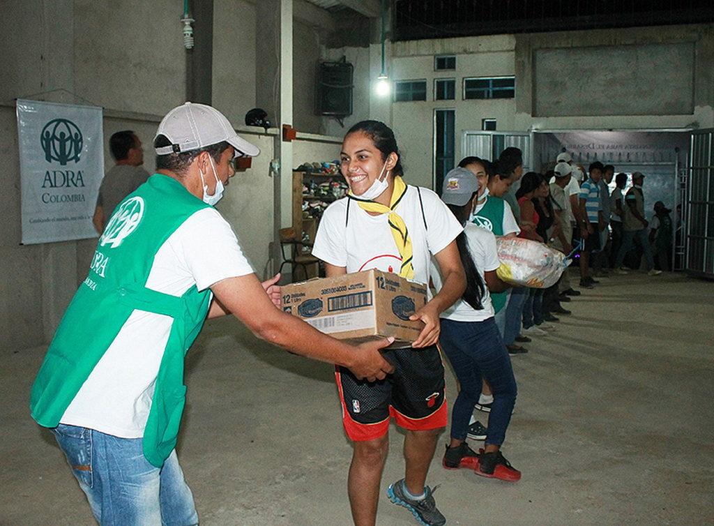 Волонтеры-члены Церкви работают собирая материалы для распределения спустя несколько часов после того, как бедствие произошло в Mocoa. [Фото АДРА Колумбия]