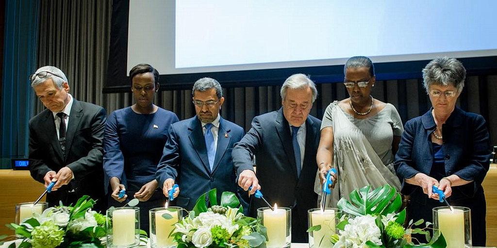 Карл Вилкенс, слева, присоединяется к Генеральному секретарю ООН, третьему справа, и другим во время зажигания свеч при открытии ежегодного Международного Дня Размышления о геноциде в Руанде 7 апреля 2017 в Организации Объединенных Наций в Нью-Йорке. [Фото: UN/Manuel Элиас]