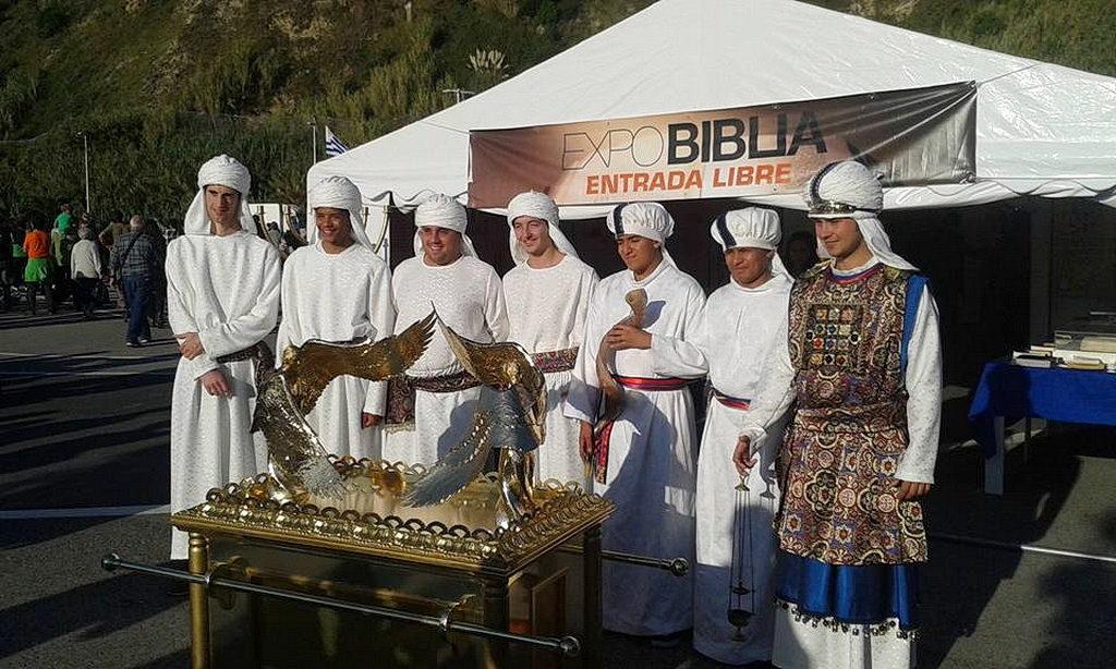 Притягивающая толпы людей как магнитом, выставка Библия Экспо вдохновляет членов церкви для миссии в Испании