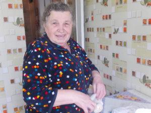 Екатерина Сергиенко занимается приготовлением пищи