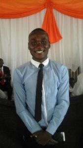Работе глухого Библейского рабочего Дженвиру Нкурикиаю приписывают крещение многих глухих. [Фото:ECD]
