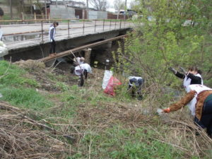 Члены первой Запорожской общины на уборке