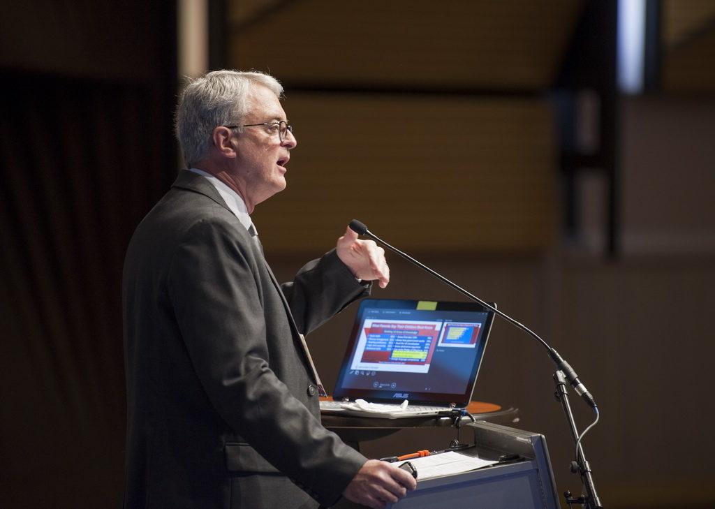 Известный статистик Джордж Барна представляет свои последние исследования на конференции «Reach the World». [Фото: Тибор Фараго]