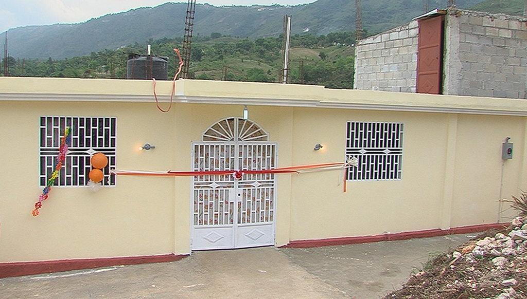 Новый дом-интернат в Дикини, Порт-о-Пренс, Гаити, торжественно открыт благодаря средствам, собранным Церковью адвентистов седьмого дня в Пуэрто-Рико и ADRA Пуэрто-Рико. [Фото: Хавьер А. Родригес]