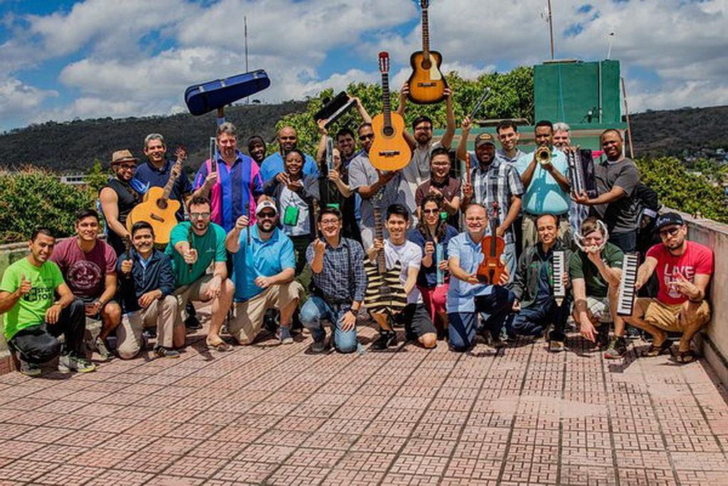 Группа студентов Семинарии из Университета Эндрюса, которые приняли участие в недавней миссионерской поездке Весенних каникул в Кубу. [Фотография: Университет Эндрюса]