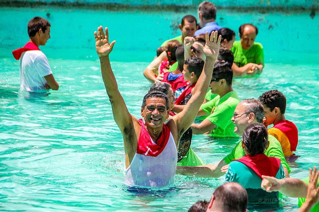 Новый член церкви радуется, будучи крещенным в церкви Адвентистов Седьмого Дня, после евангельских встреч, организованных студентами университета Эндрюса в Holguín, Куба, во время последних Весенних каникул. [Фото: Университет Эндрюса]