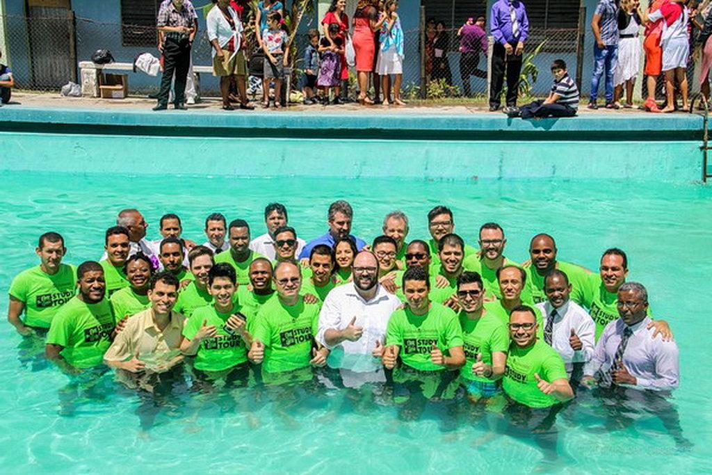 Группа студентов Семинарии и пасторов, которые приняли участие в крещении 222 человек в Holguín, Куба. [Фото: Университет Эндрюса]