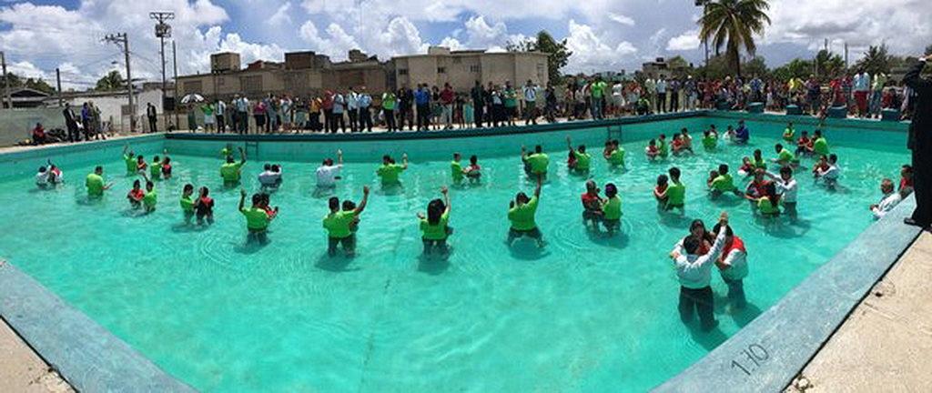Вид на церемонию крещения в Ольгин, Куба, где 222 человека были приняты в качестве новых членов Церкви адвентистов седьмого дня. [Фото: Университет Эндрюс]