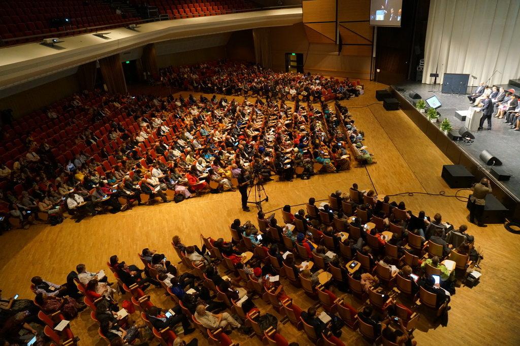 Делегаты и местные адвентистские гости почти заполнили нижний этаж аудитории в Будапеште в субботу утром. [Фото: Костин Джордах]