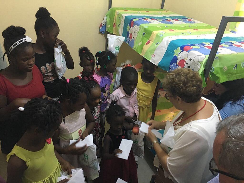 Детям дают угощения и ведут на экскурсию по новым комнатам. [Фото: Конференция Союза Пуэрто-Рико]