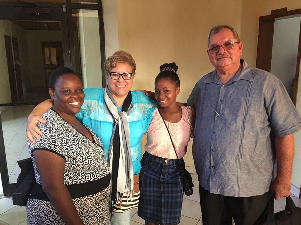 Слева направо, Эвенес Франсуа, Кристина Ривера Родригес, маленький ребенок, и Хосе Родригес. [Фото: Конференция Союза Пуэрто-Рико]