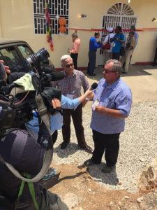 Хосе Альберто Родригес, президент Адвентистской церкви в Пуэрто-Рико, дает интервью WORA TV 5, которые присутствовали на инаугурации. [Фото: Конференция Союза Пуэрто-Рико]