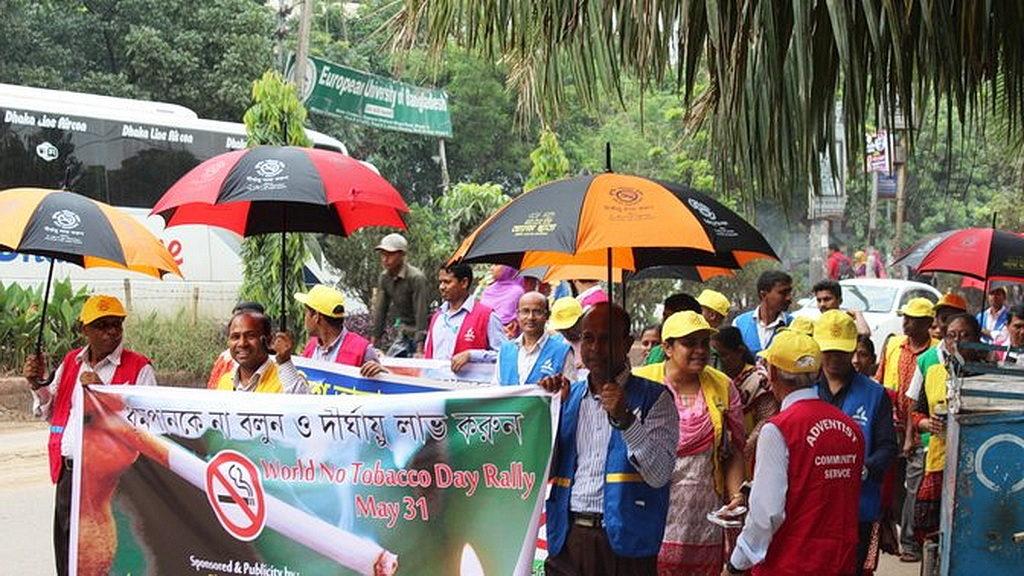 Члены церкви Адвентистов Седьмого Дня выступили маршем, чтобы предупредить об опасности курения в Дакке, Бангладеш, 31 мая, во Всемирный день без табака. [Фото: Унионная Миссия Бангладеш / Южный Азиатско-Тихоокеанский дивизион]