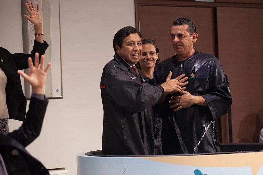 Исаиа Феликс, справа, и его жена Райанн при их крещении. Евангельская программа была инструментом, который приблизил их к Иисусу. [Фото: Густаво Лейтон]