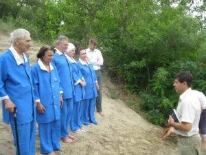 С кандидатами ко крещению беседует пастор Юрий Шклкунов