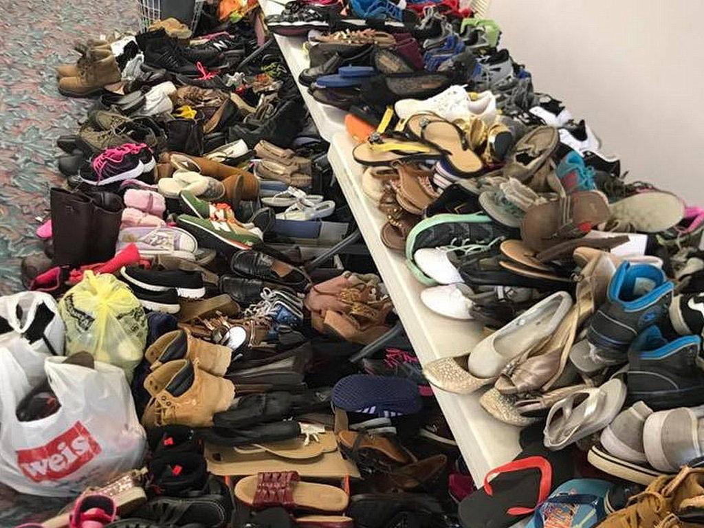 Обувь накапливается в Хейгерстаунской церкви Адвентистов Седьмого Дня для жителей Вудбриджа. [[Фото: Хейгерстаунская церковь Адвентистов Седьмого Дня]