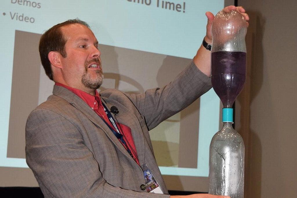 """""""Вода - самый важный ингредиент для жизни"""", говорит Хейс. """"Но количество воздуха контролирует водный цикл"""". [Фотография: Маркос Паседжи, Adventist Review]"""