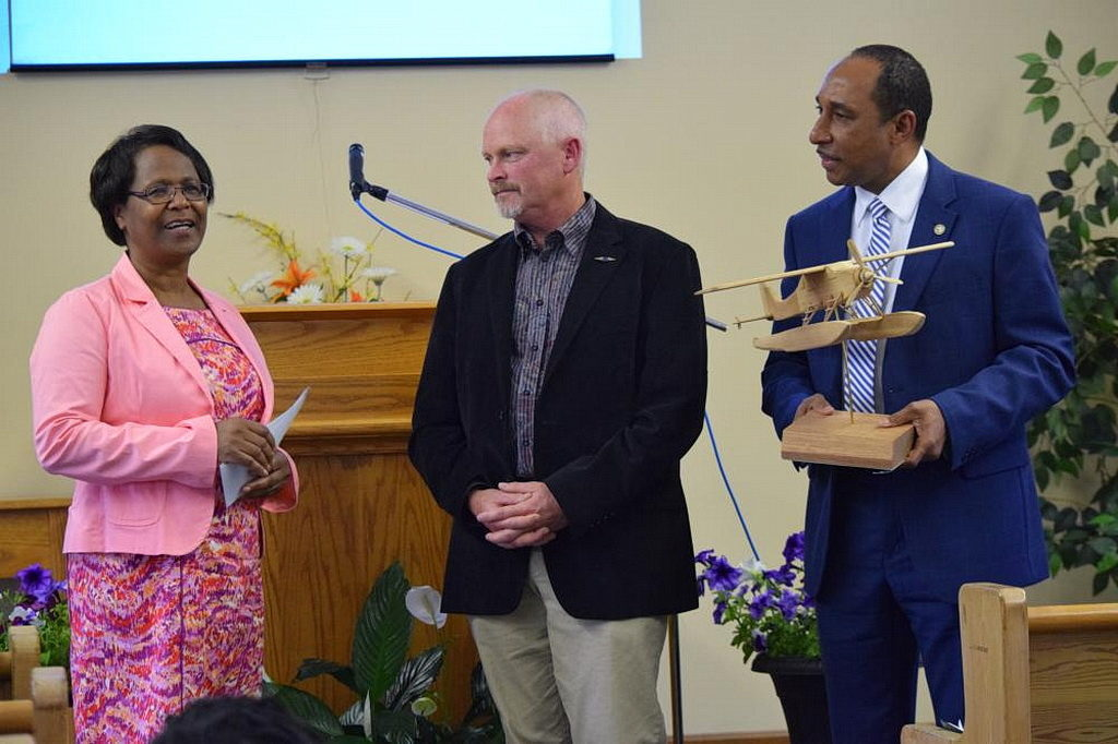 Казначей конференции Онтарио Вирене Мейкле, слева, перед тем, как вручить AWA чек от члена церкви, который пожертвовал 100 000 долларов США для адвентистской проповеди на севере, не зная, что это сумма, необходима для покупки самолета миссии. [Фото: Маркос Паседжи, Adventist Review]