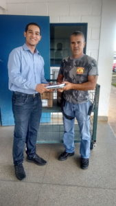 Иекониас Нето доставляет христианскую литературу в тюрьму в столице Бразилии. Нето недавно был избран в качестве Молодежного Посла ООН. [Новости Южноамериканского дивизиона]