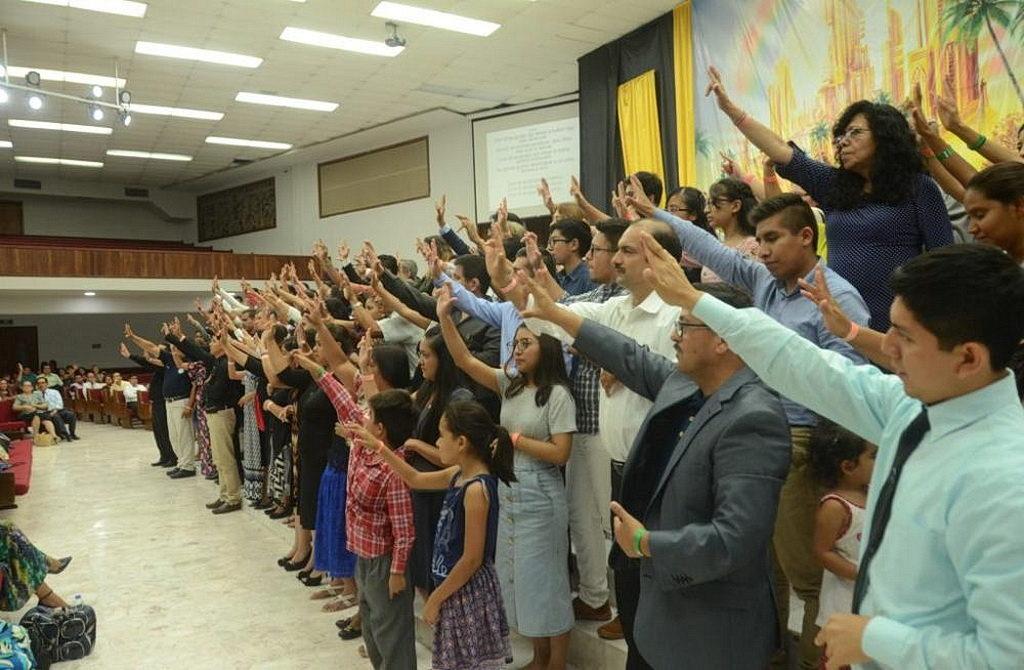 Глухие участники поют специальный гимн во время мероприятия, проведенного в Университете Монтеморелос, Северная Мексика, 12-16 июля 2017 года. [Фото: Университет Монтеморелос]