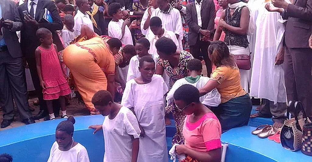 """Крещение 90 человек увенчало """"Жизнь в полной Надежде"""" - съезд людей с особыми потребностями в Кигали, Руанда, в прошлом месяце. [Фото: Унионная Миссия Руанды, Новости Восточно-Центрально-Африканский дивизион]"""