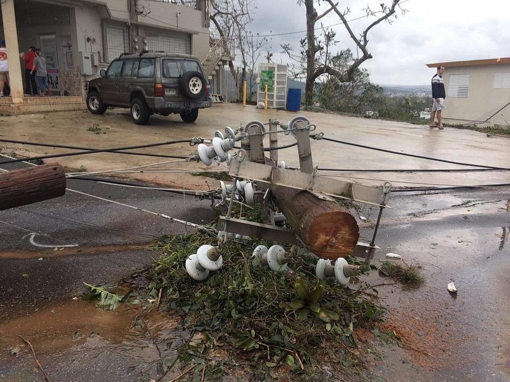 Линии электропередач были снесены по всем улицам Маягуэса и остальной части острова Пуэрто-Рико после того, как Ураган Мария достиг берега 20 сентября, принеся проливные дожди и наводнения, которые парализовали остров. [Фото: Аделина Реинозо, Новости Интер-Американского дивизиона]