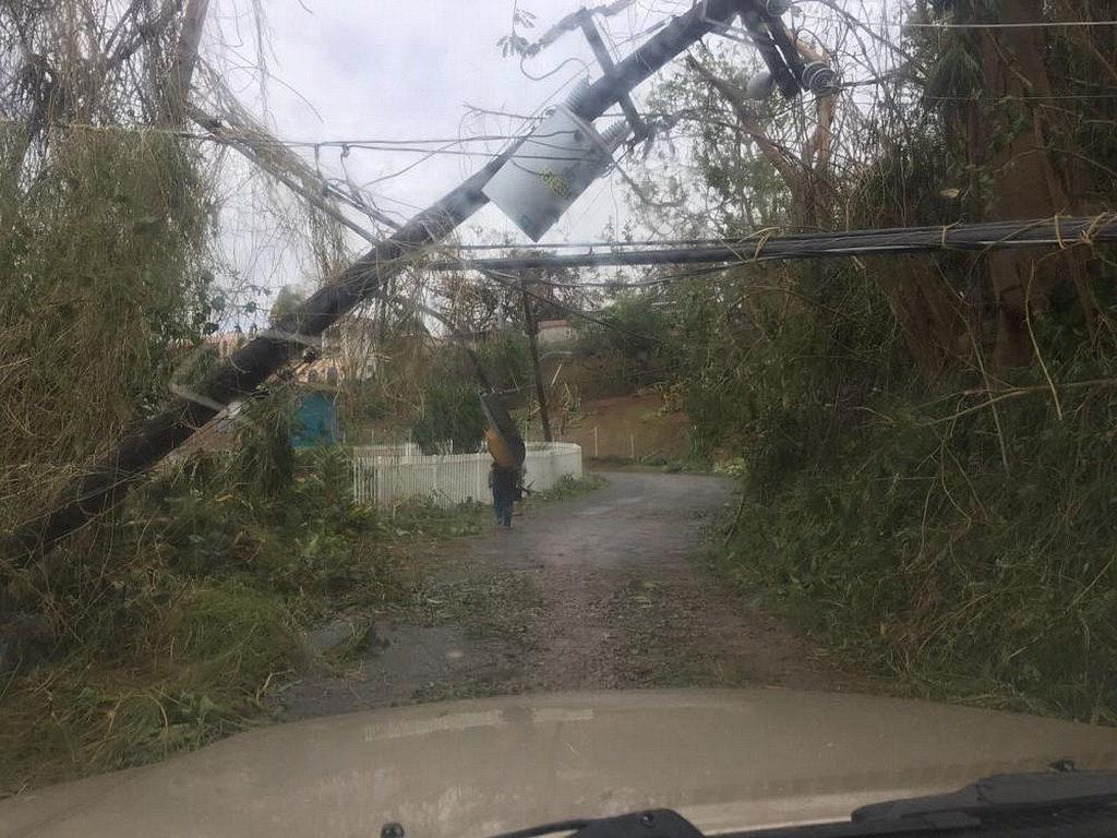 Дорога в Маягуэсе 24 сентября перегоржена электрической опорой и обломками. [Фото: Аделина Реинозо, Новости Интер-Американского дивизиона]