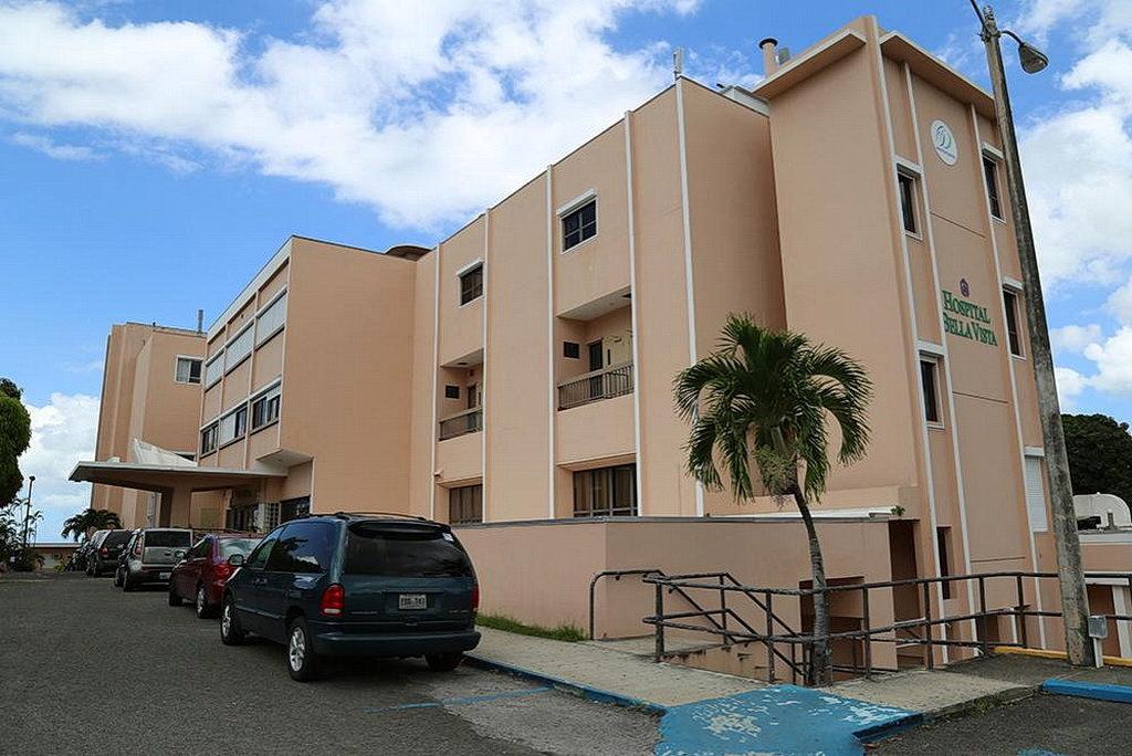 Больница Белла-Виста в Маягуэсе, Пуэрто-Рико, которая продолжает предлагать основные услуги, работая от генераторов электроэнергии. [Фото: Либна Стивенс, Интер-Американский дивизион]