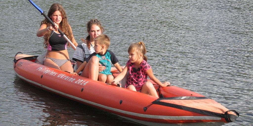 В последние дни лета дети и подростки могли покататься на байдарках в Новомосковске