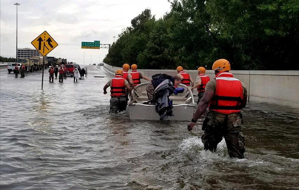 Солдаты Национальной гвардии Техаса прибывают в Хьюстон, штат Техас, чтобы помочь людям в районах, сильно затопленных от урагана Харви. [Фото: лейтенант Захари Уэст, 100-й MPAD]