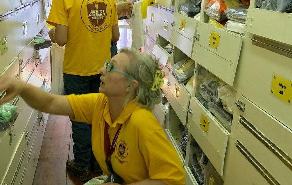 Добровольцы Adventist Community Services в Техасе начинают готовить поставки для жертв наводнений. [Фото: Шерри Уоттс, помощник директора ACS, Техасская конференция]