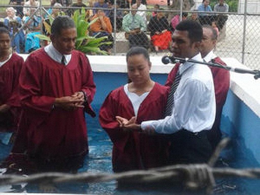 Крещение в школе мемориала Хиллиарда. [Фото: Adventist Record]