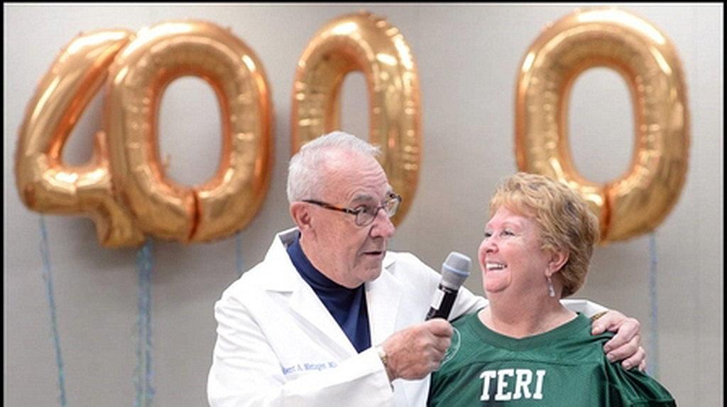 Директор программы трансплантации почек доктор Роберт Мецгер и Тери Миллер, которой 42 года назад был поставлен диагноз почечная недостаточность, когда ей был всего 21 год и она была беременна. [Фото: Новости Florida Hospital]