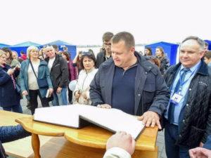 Мэр Днепра Борис Филатов рассматривает уникальную Библию, написанную на 66 языках