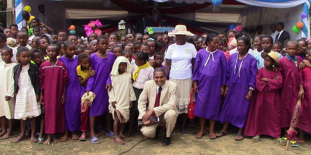 Пастор Рошель на Мадагаскаре во время евангельской программы