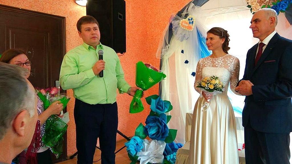 Молодую семью поздравляет Виктор Чернозубов