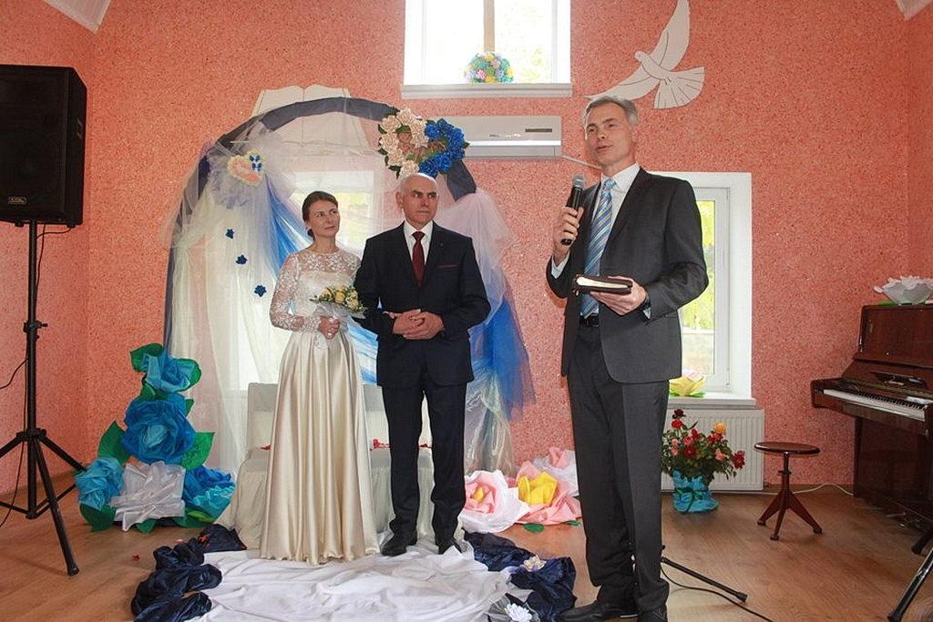 Молодую семью поздравляет пастор Сергей Панин