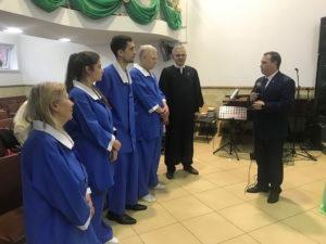 Станислав Носов дает наставление кандидатам ко крещению