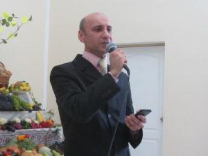 Поет Валерий Устинов