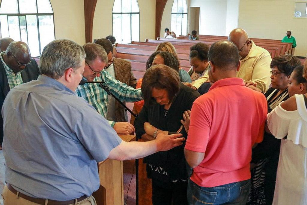 Руководители Вашингтонской конференции и члены Церкви Маранафа посвящают в молитве новую бесплатную юридическую консультацию. [Фото: Хайди Баумгартнер, Новости Северо-Тихоокеанской унионной конференции]