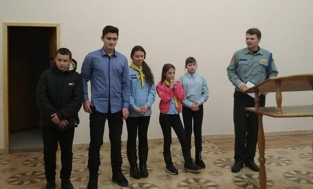Координатор клубного служения Юрий Федоров с ребятами
