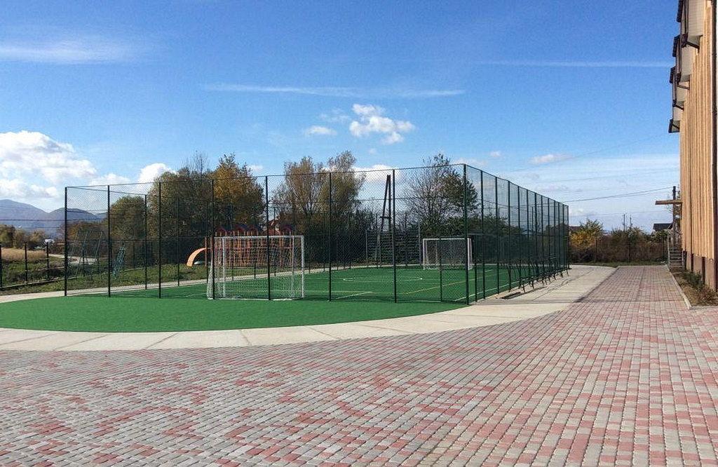 Спортивная площадка школы Счастливый город - одна из самых прекрасных в городе. [Фото: Владимир Ткачук, Евро-Азиатский дивизион]